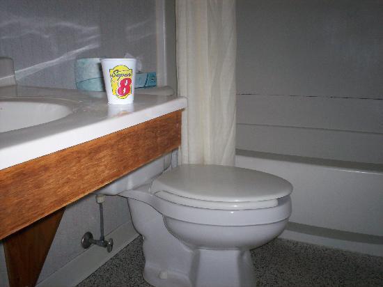 Super 8 Stroudsburg: Dirty bathroom
