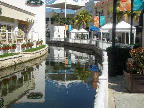 La Isla Shopping Village : The canal