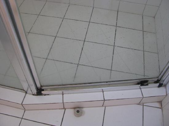 Palazzo Colonnades: bathroom - black stuff is mould