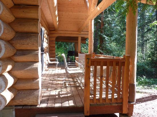 Green Acres Lakeside Resort Salt Spring Island: The deck outside the chalet