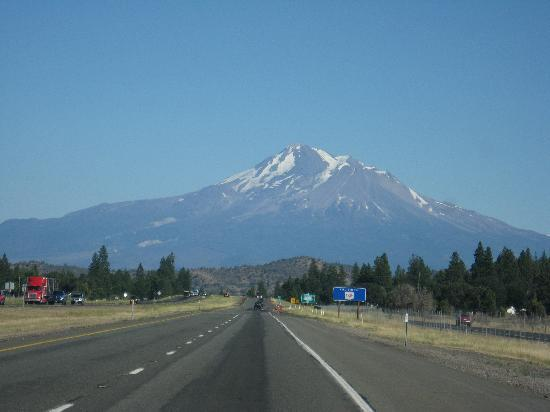 Cold Creek Inn: Approaching Mount Shasta from the north