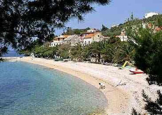 Bratus, Croácia: Palmen zieren die verträumte Strandpromenade