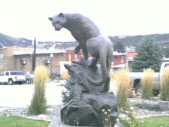 Blue Spruce Inn: Sculpture accross street - Mountain Lion
