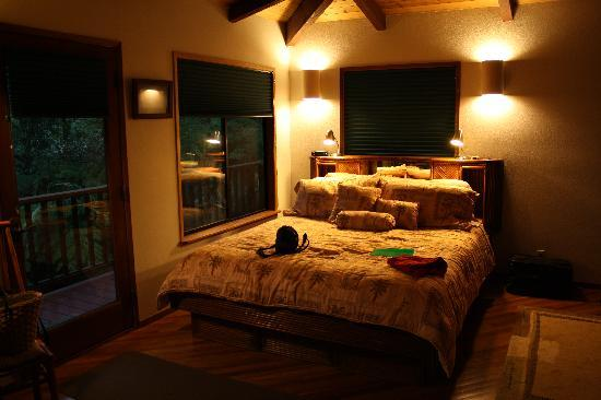 The Guest Cottages at Volcano Acres Tree House: Volcano Tree House interior