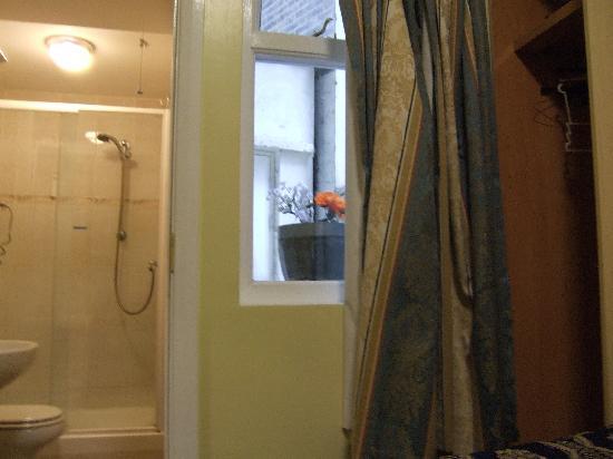 Bakers Hotel: vaso di fiori alla finestra :)