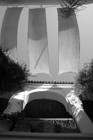 Riad Mabrouka Marrakech: dans le patio, farîcheur et ombre sous les 30° et le ciel bleu