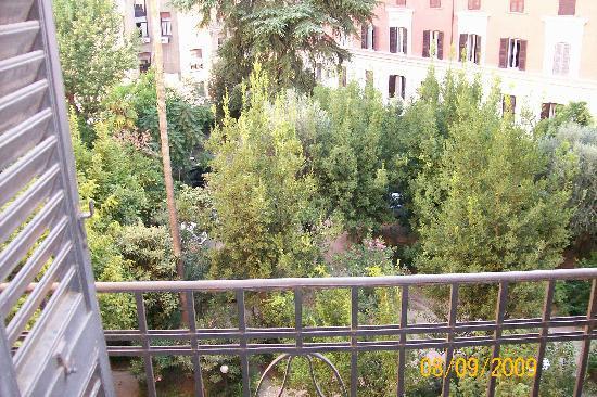 Serendipity Residence : jardin interior del edificio desde la habitacion