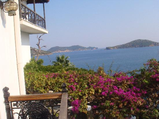 Hotel Villa Orsa: Lean out ,look left for your sea view and look above at the large empty balcony!