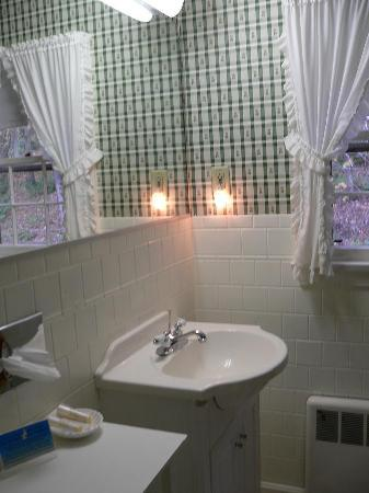 Williamstown, MA: Bathroom Sink in Brookside Double Queen Room