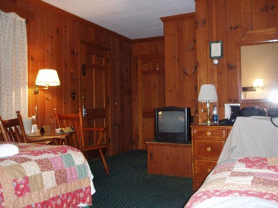 The 1896 House Country Inn - Brookside & Pondside : TV and entry of Brookside Double Queen Room