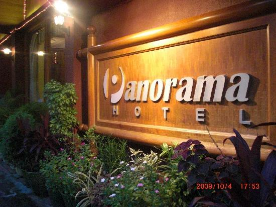 Panorama Hotel: ホテルの入り口は立体道路の下