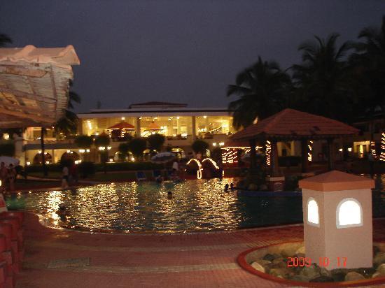 ฮอลิเดย์ อินน์ รีสอร์ท กัว: Hotel at Night