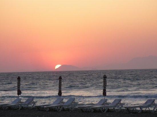 Ialyssos, Greece: Zonsondergang achter de rotskust van Turkije
