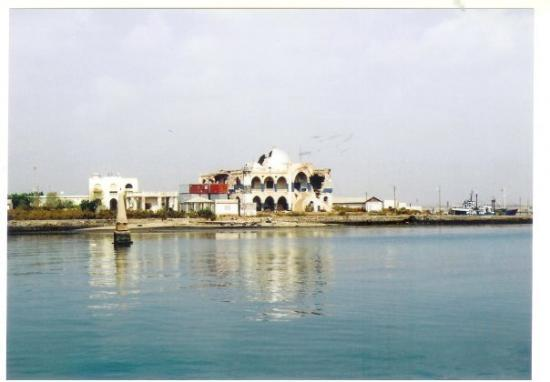 Массава, Эритрея: Another view of the palace, from the jetty leading to Massawa's second island.