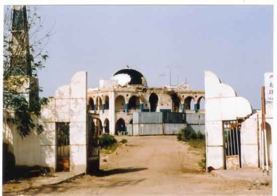‪مصوع, إريتريا: Haïlé Sélassié former Massawa residence. Now used as stockage ground for a shipping company.‬