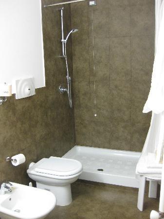 Hotel Garibaldi: Bathroom
