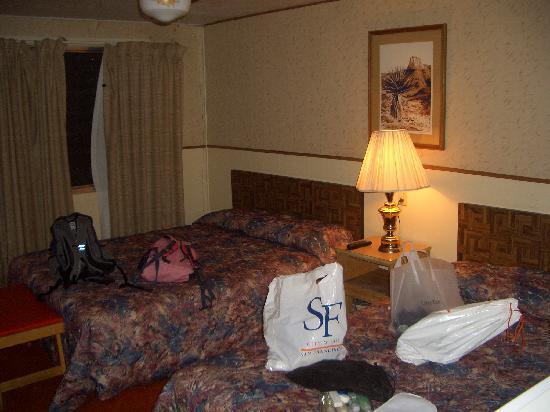 Sun-n-Sand Motel: our room