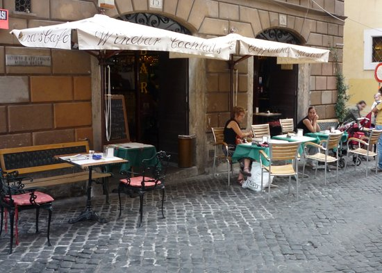 Papa's Cafe : A good place to watch passers-by.