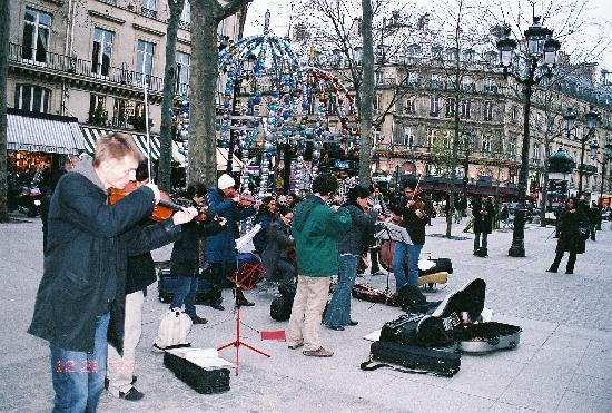 Best Western Hôtel Gaillon Opéra : Street Musicians - Three Blocks from Hotel