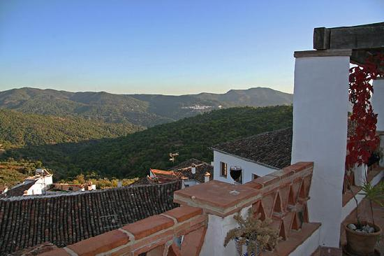 Hotel Los Castanos: View from the rooftop terrace, with a neighboring village in the distance