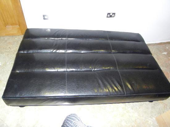 Hyde Park Suites Serviced Apartments: Questo è il famoso sofà-bed sul quale hanno dormito 2 persone per 3 giorni!!!