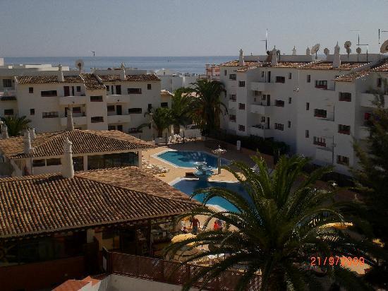 Aparthotel Oceanus: Pool area viewed from apartments rooftop