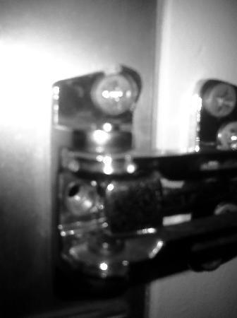 Howard Johnson Inn Cleveland: Broken, loose, missing screw front door bar lock