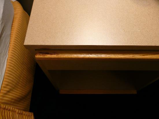 Killington Center Inn & Suites: Dreckiger Schlafzimmertisch