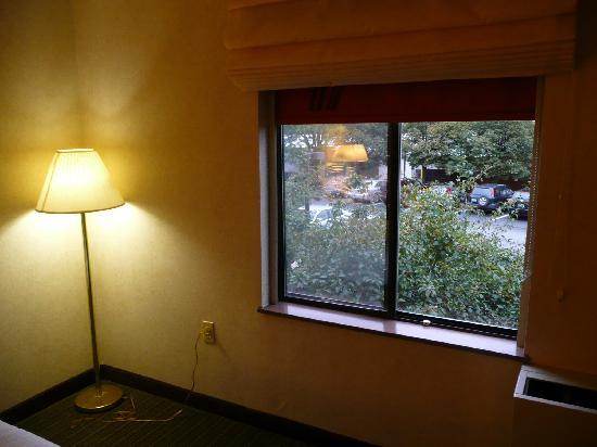La Quinta Inn & Suites South Burlington: Merkwürdig leere Zimmerecke mit niedrigem Fenster