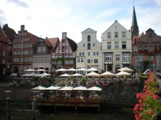 Luneburg, Allemagne : A pretty restaurant on the river with lots of outdoor tables