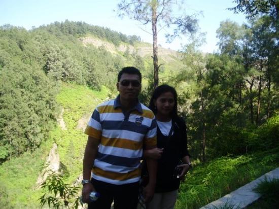 Ende, Indonesia: jalan setapak mendaki  puncak gunung Kelimutu....