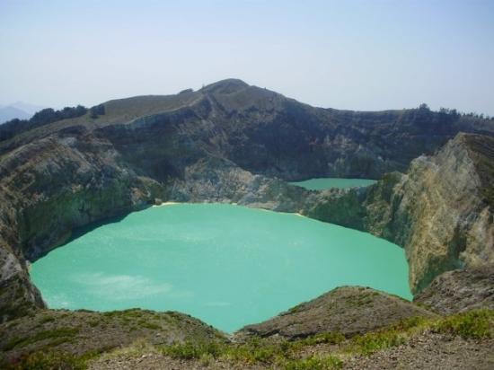 Ende, Endonezya: Danau Kelimutu saat ini 2 diantaranya berwarna Hijau Tosca, tahun lalu berwarna hijau dan Merah.