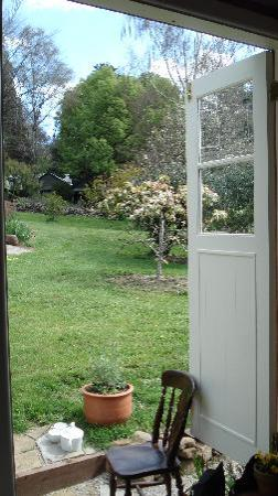 Olinda, Austrália: View from inside the shepherd's hut