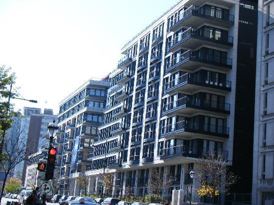 Rue Sherbrooke: 斬新な外観が通りで目だっていました。