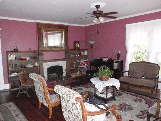 The Peaceful Pelican Bed & Breakfast : Living room with lots of local history