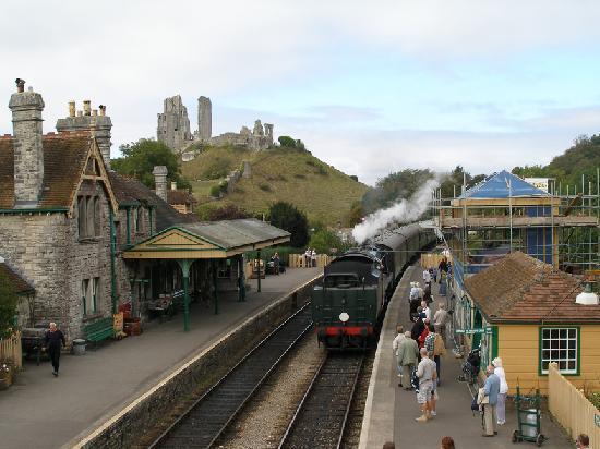 The Castleton: Steam train arriving Corfe Castle