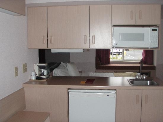 Quality Inn & Suites Maggie Valley - Cherokee Area: Rm111 Kitchen 2
