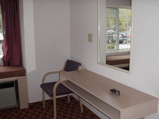 Quality Inn & Suites Maggie Valley - Cherokee Area: Desk area in bed area