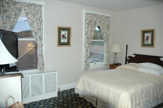 Middlebury Inn: Corner room