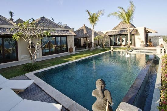 Chateau de Bali Ungasan: nice pool with spectacular situation