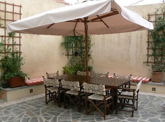 Zacosta Villa Hotel: Courtyard and furniture
