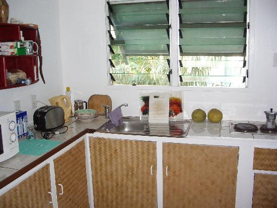 Inano Beach Bungalows: Kitchen