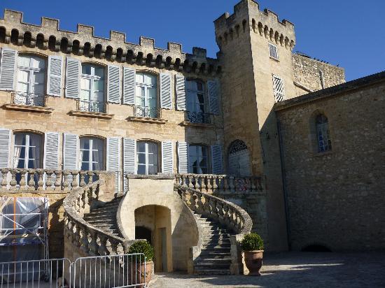 Chateau de la Barben: une vue du chateau