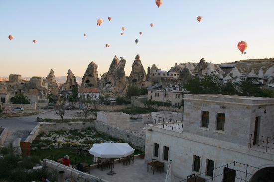 Spelunca Cave Suites: Heißluftballone über Göreme