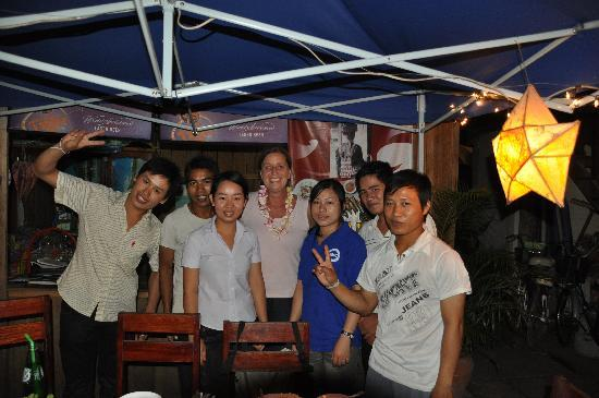 Muonglao Guesthouse: Manager (left), the staff and me