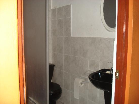 Barranco's Backpackers Inn: bathroom