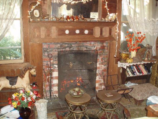 Howard Creek Ranch: Cozy fireplace in sitting room