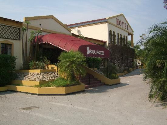 Sedia Riverside Hotel : Hotel entrance
