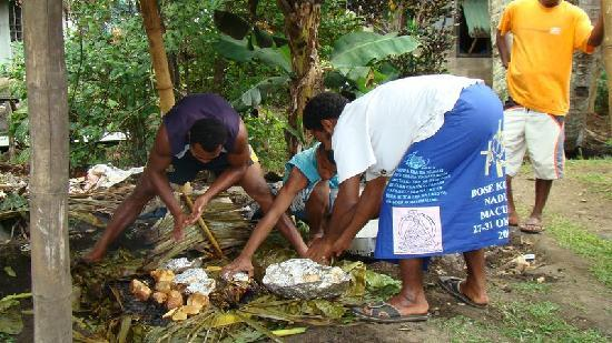 Ovalau Island, Fiyi: Readying lovo food