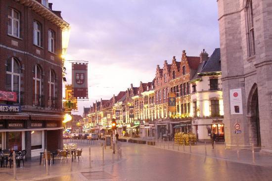 Auberge de Jeunesse de Tournai : Tournai - Zentrum in der Nacht